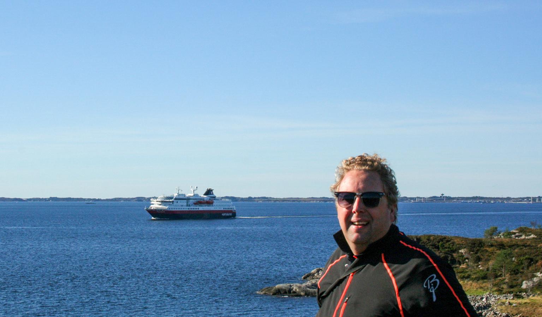 Vi fikk oppleve at hurtigruta kom seilende inn Mangerfjorden da vi var på gåtur til søre Toska.