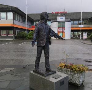 2016-nov-01-statue-ivar-medas-4
