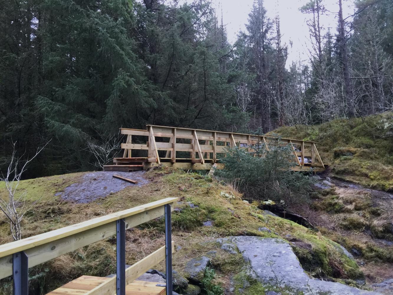 Herinnersti Byrkjelandsvågen er det nå bygget to gangbruer forturgåere.