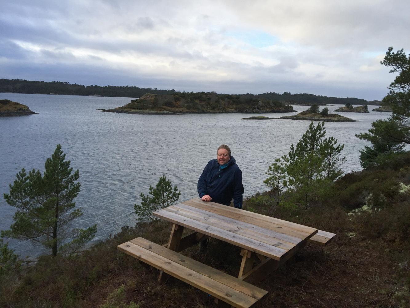 Her kan man ta en pust i bakken, spise litt og nyte utsikten utover fjorden.