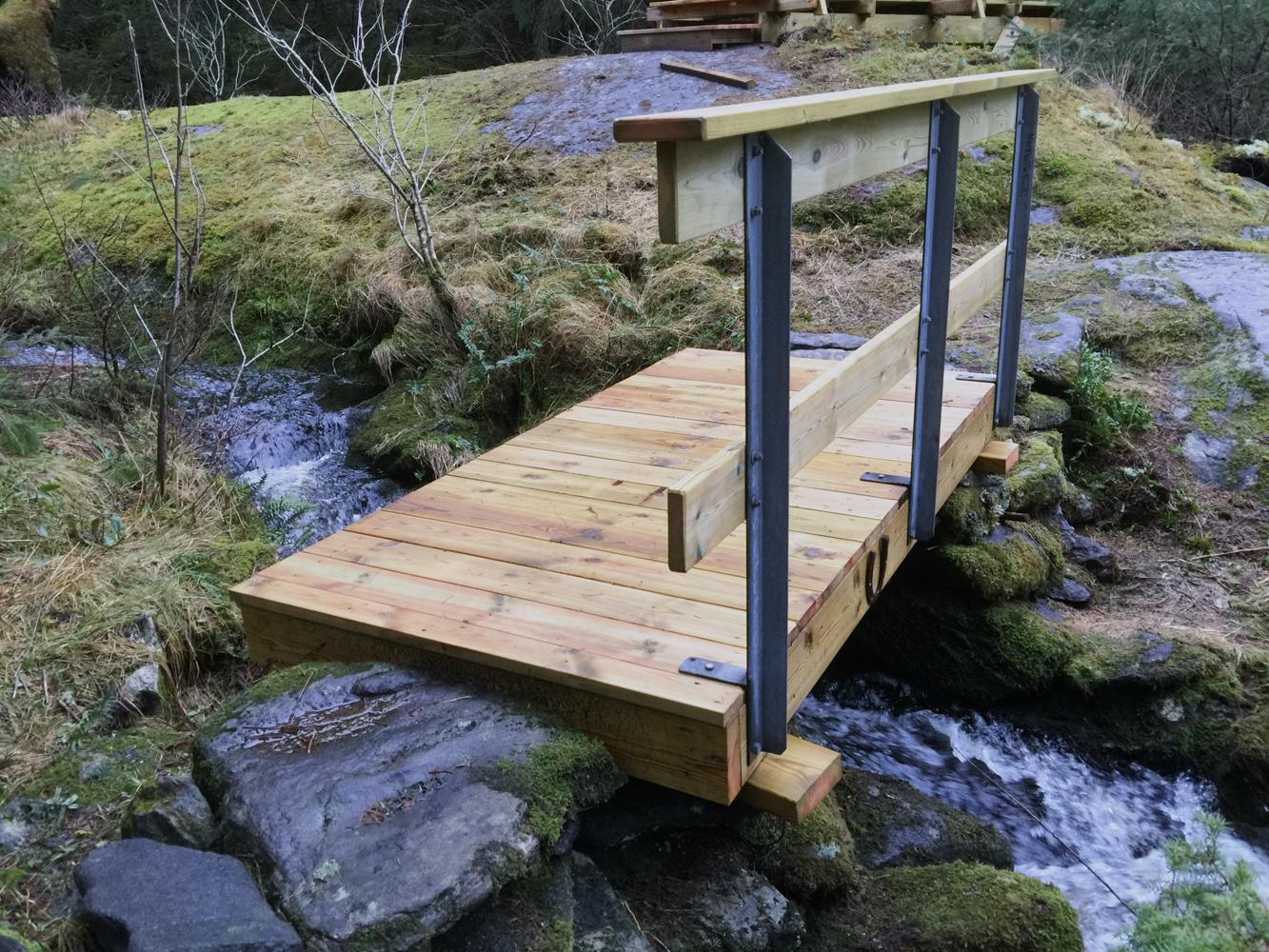 Her ser vi den miste broen som er bygd og som gjør det trygt å ferdes over eleven.