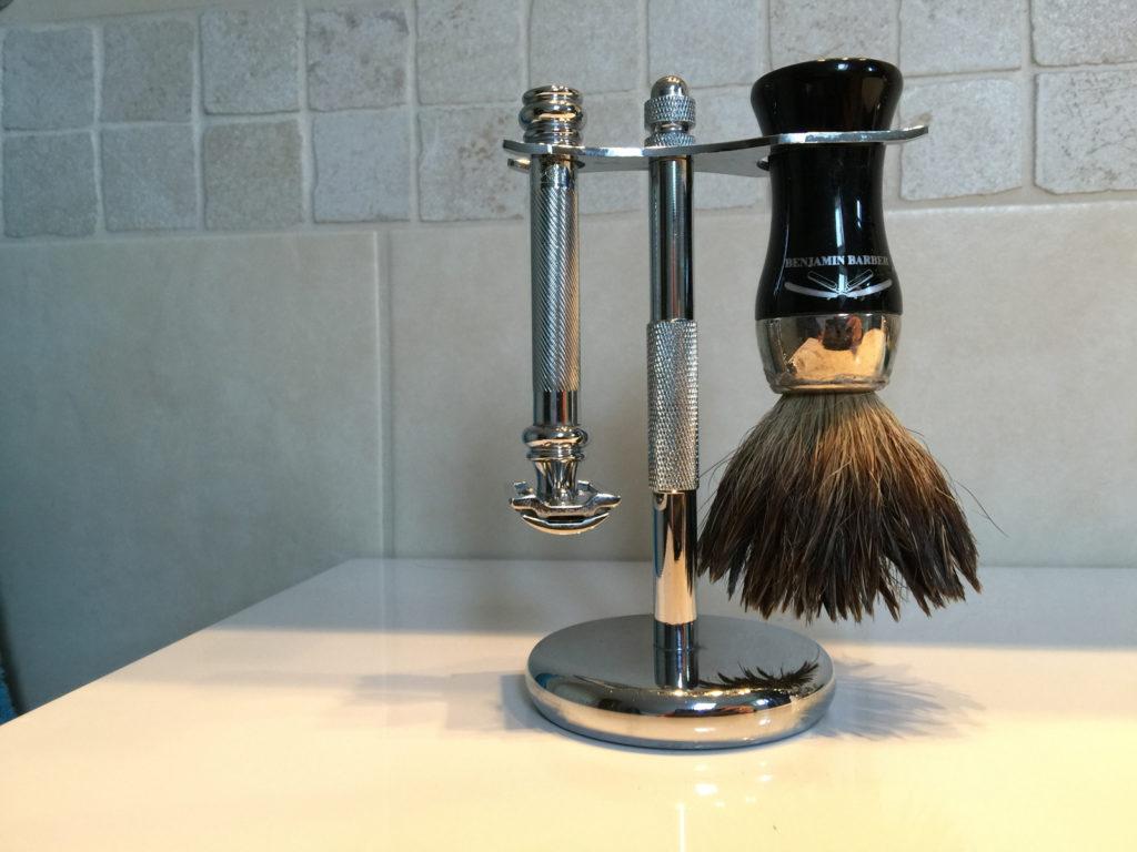 Barberkost - og barberhøvelstativ er kjekt å ha så står høvel og kost pent.