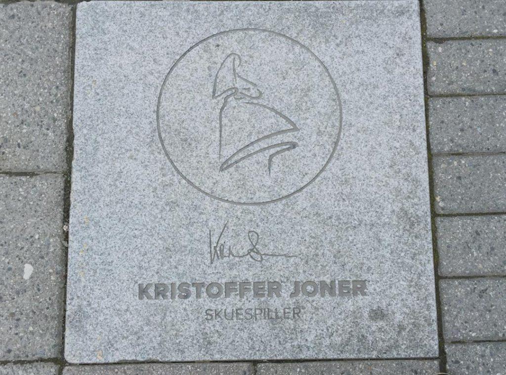 Kristoffer Joner sitt navn er meislet inn i granitten i Haraldsgata
